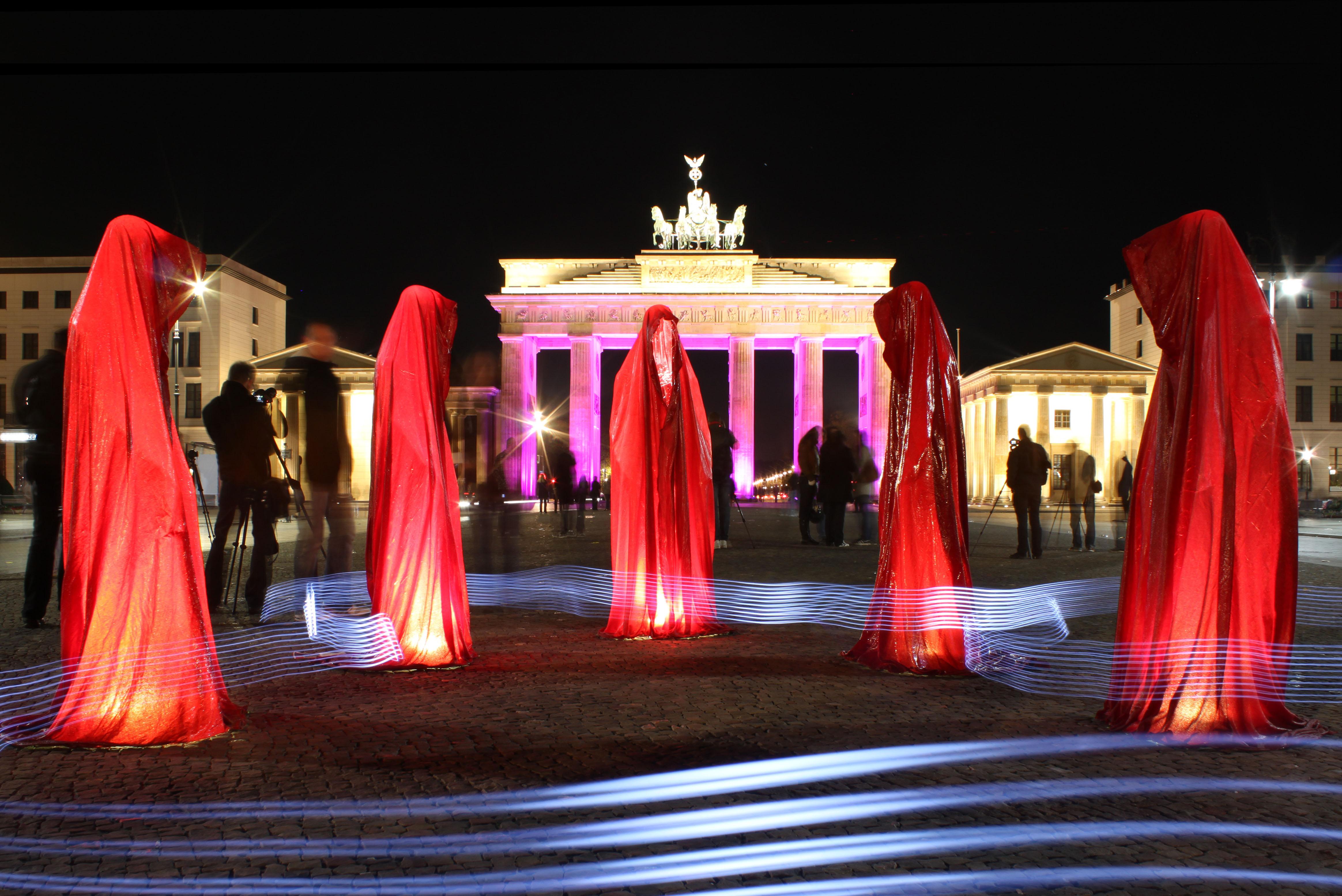 Festival-of-lights-brandenburger-tor-berlin-timeguards-waechter-der-zeit-tour-manfred-kielnhofer-light-painting-