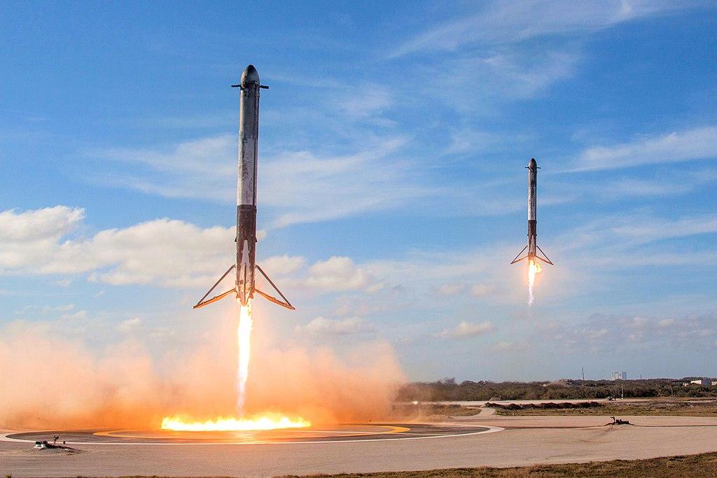 Falcon_Heavy_Side_Boosters_landing_wikipedia.jpg